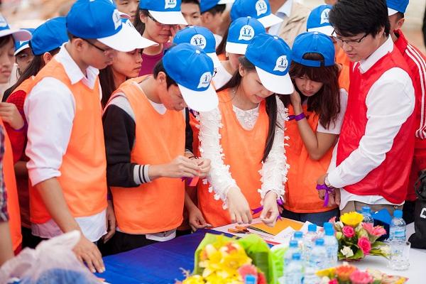 Ngọc Thanh cùng các anh chị chơi trò chơi
