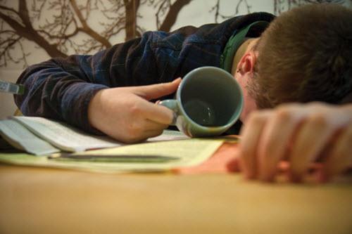 Thức đêm ôn thi sẽ khiến bạn mệt mỏi