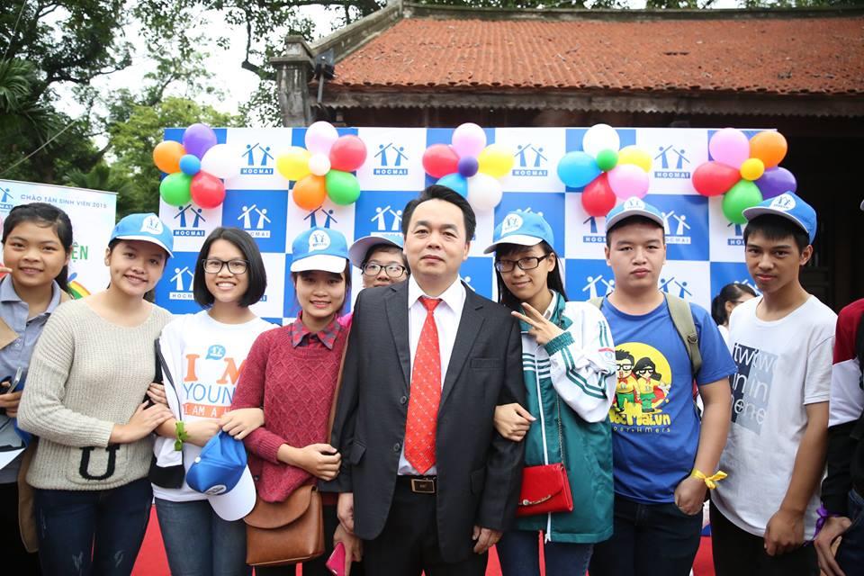 Thầy Lê Bá Trần Phương và các bạn học sinh