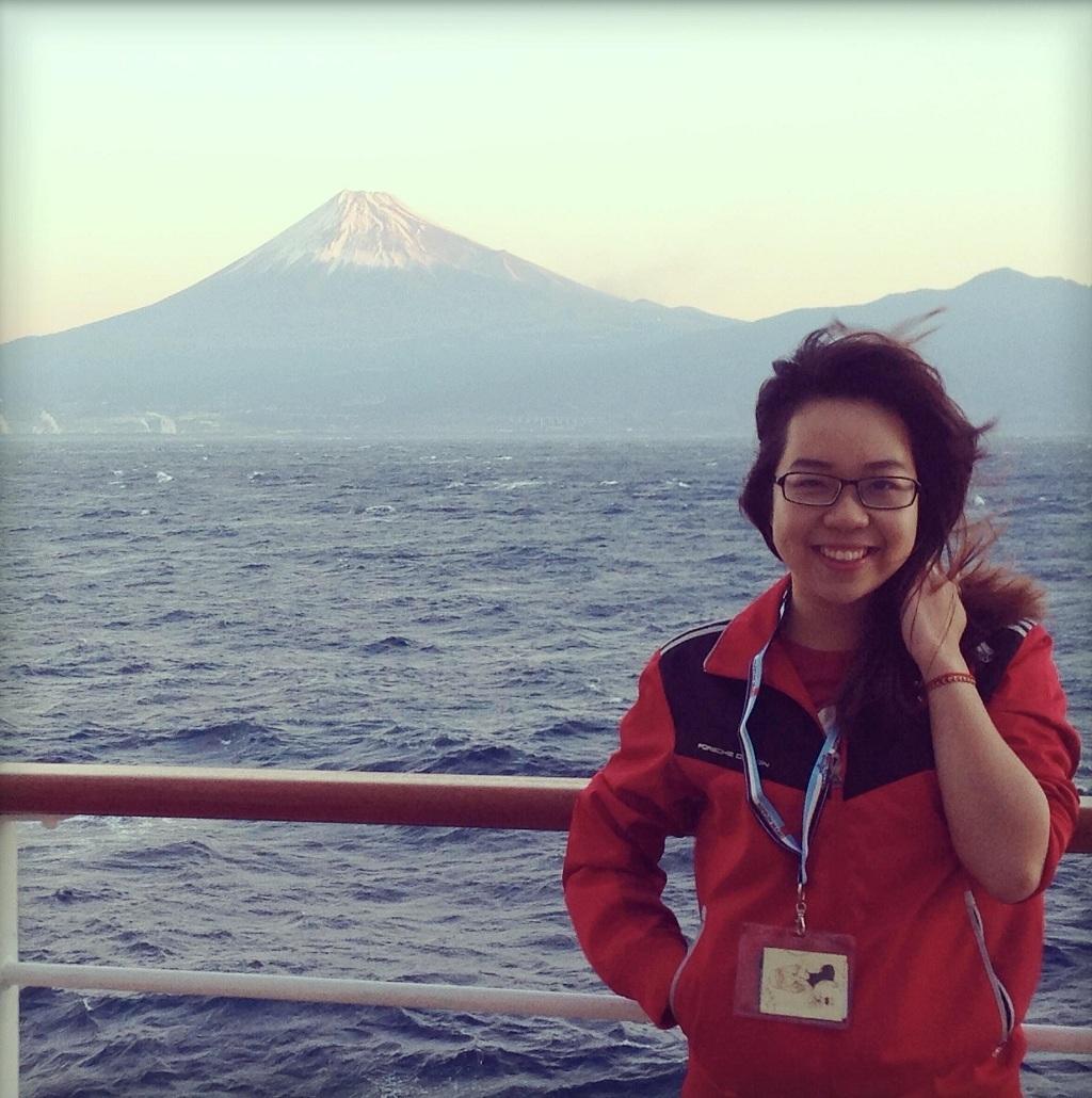 Cô Hoàng Anh bên cạnh ngọn núi Fuji, Nhật Bản