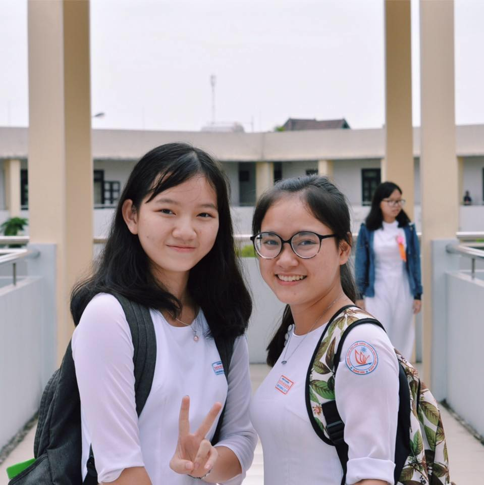 """Hoàng Ngọc Lan Nhi (ảnh trái): """"Tập trung học trong 2 tiếng tốt hơn việc kéo dài thời gian học quá khuya."""