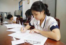 Học sinh Trường THPT Trần Khai Nguyên (TP.HCM) làm hồ sơ thi tốt nghiệp THPT và xét tuyển đại học 2021 - Ảnh: NHƯ HÙNG